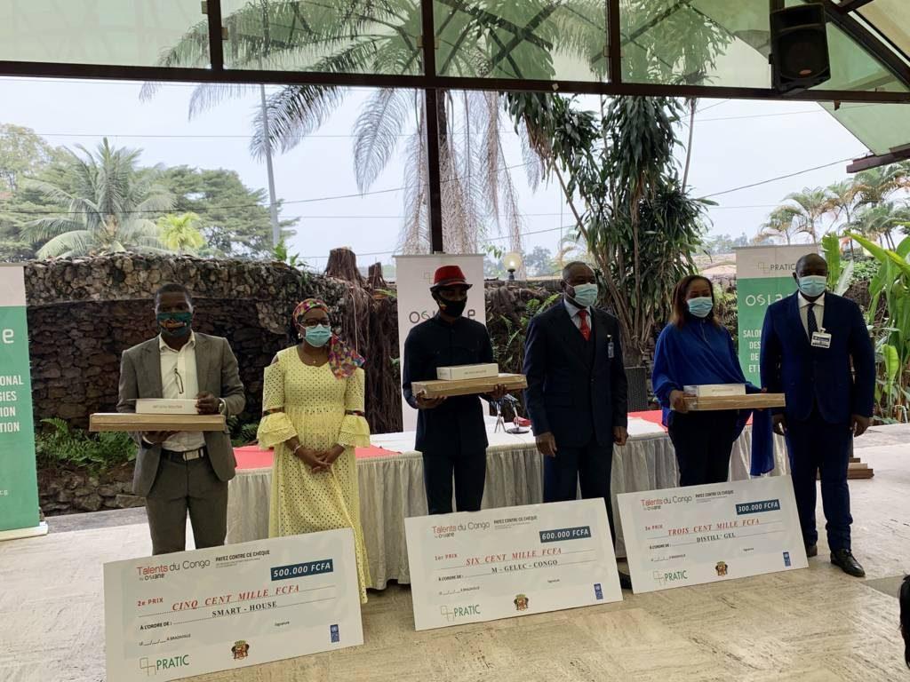 Le Ministre Léon Juste IBOMBO posant avec les lauréats de Talents du Congo organisé par Pratic